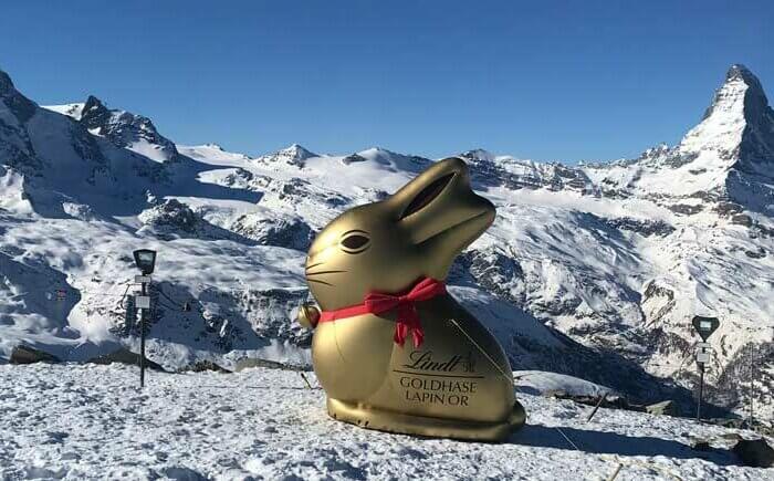 Aufblasbarer Osterhase 3m mit Aussicht aufs Matterhorn in der Schweiz